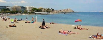 Ludzie Sunbathing na Antibes plaży, Provence Francja Obraz Stock