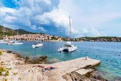 Ludzie sunbathing na molu na Hvar wyspie fotografia royalty free