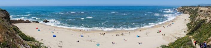 Ludzie sunbathing na piaskowatej plaży na Pacyficznego oceanu linii brzegowej Obraz Royalty Free