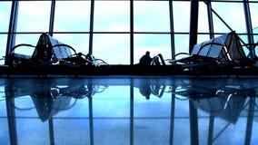 Ludzie sylwetek chodzi przy lotniskiem