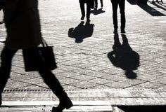 Ludzie sylwetek i cienie na miasto ulicach Zdjęcia Royalty Free