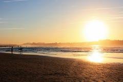 Ludzie sylwetek na plaży w Hiszpania Obrazy Stock