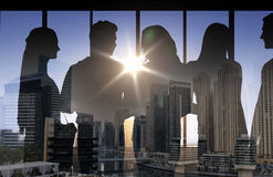 Ludzie sylwetek nad miasta tłem ilustracji