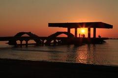 Ludzie sylwetek ogląda wschodu słońca niebo Obrazy Stock