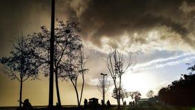 Ludzie sylwetek przy parkiem w Modzie, Istanbuł miasto Fotografia Stock