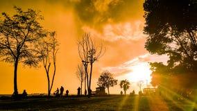 Ludzie sylwetek przy parkiem w Modzie, Istanbuł miasto Obraz Royalty Free