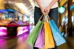 Ludzie sylwetek przy zakupy centrum handlowym Obrazy Stock