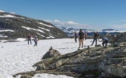 Ludzie sztuki w śniegu w lecie Norway Obrazy Royalty Free