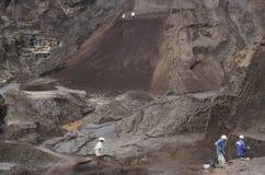 Ludzie szuka dla cennych kamieni w kopalni w Brazylia Obrazy Royalty Free