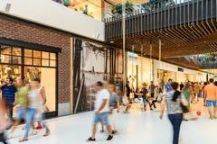 Ludzie tłumu pośpiechu Dla Robić zakupy W Luksusowym centrum handlowego wnętrzu Fotografia Stock