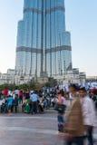 Ludzie tłumu przed Burj al Khalifa Fotografia Royalty Free