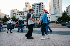 Ludzie tanczą przy zjednoczenie kwadratem Zdjęcia Royalty Free