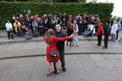 Ludzie tanczą w chwała parku na zwycięstwo dniu w Kijów Zdjęcie Stock
