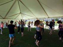 Ludzie tanczą plenerowego pod namiotem podczas Ekstatycznej medytaci Dan Obrazy Royalty Free