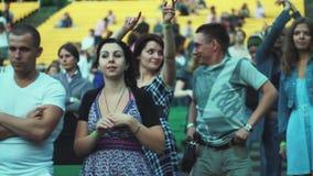 Ludzie tanczy przy lato żywym koncertem równo Machać ręki tłum Zielona ławka Dorosli, młodość zbiory