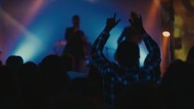 Ludzie tanczy przy muzyka na żywo koncertem zdjęcie wideo