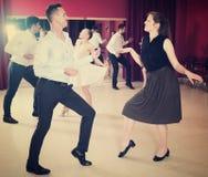 Ludzie tanczy skręta obraz stock