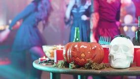 Ludzie tanczy w tle wakacyjne element dekoracje w Halloween kostiumach zdjęcie wideo