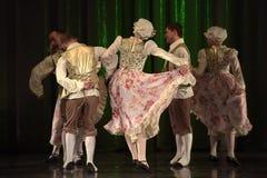 Ludzie tanczy w tradycyjnych kostiumach na scenie, Fotografia Royalty Free
