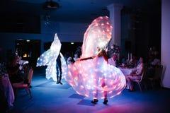 Ludzie tanczy w zmroku w rozjarzonych kostiumach fotografia royalty free