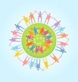 Ludzie trzyma ręki dookoła świata. Jedności conce Obraz Stock