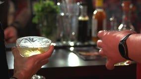 Ludzie trzyma szkła alkoholów napoje zbiory