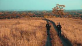 Ludzie turysta podróży w naturze jesień iść na styl życia drogowa ścieżki przygoda zwolnionego tempa wideo dwa wycieczkowicz z zdjęcie wideo