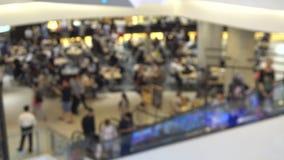 Ludzie Używa eskalator przy zakupy centrum handlowym, Defocused Zamazany strzał zdjęcie wideo