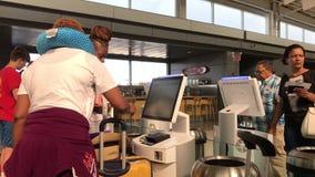 Ludzie używa jaźń - sprawdza wewnątrz kioski zdjęcie wideo