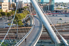 Ludzie używa schronienie przejażdżki Zwyczajnego most w San Diego Fotografia Royalty Free