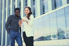 Ludzie używa smartphones nad nowożytnym budynkiem obraz royalty free