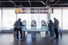 Ludzie używają samoobsługowych przeniesienie terminale Zdjęcia Stock