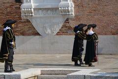 Ludzie ubierali jako xviii wiek Hiszpańscy żołnierze przy Wenecja karnawałem obraz royalty free