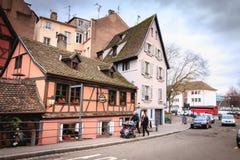 Ludzie ubierali miłego odprowadzenie puszek ulica z tradycyjną architekturą obrazy stock