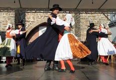 Ludzie ubierali w Czeskim tradycyjnym stroju tanu, śpiewie i. Fotografia Royalty Free