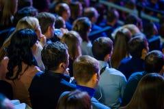 Ludzie uczęszczają biznesową konferencję w kongres sala obrazy royalty free