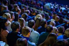 Ludzie uczęszczają biznesową konferencję w kongres sala zdjęcia stock