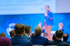 Ludzie uczęszczają biznesową konferencję w kongres sala zdjęcie royalty free