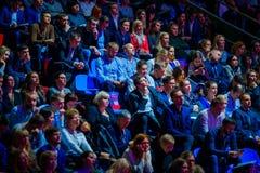 Ludzie uczęszczają biznesową konferencję w kongres sala przy synergiego Globalnym forum zdjęcia stock