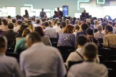 Ludzie uczęszczają konferencję w dużej sali zdjęcia stock