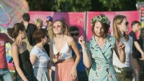 Ludzie uczęszczają na otwartym powietrzu koncert przy Międzynarodowym festiwalem jazzowym «Usadba jazz w Kolomenskoe parku zbiory wideo