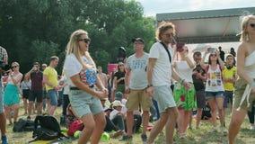 Ludzie uczęszczają na otwartym powietrzu koncert przy Międzynarodowym festiwalem jazzowym «Usadba jazz w Kolomenskoe parku zdjęcie wideo