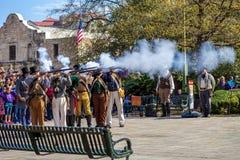 LUDZIE uczestniczy w reenactment bitwa Alamo który wziąć miejsce między Fe, San Antonio TEKSAS, MARZEC - 2, 2018 - fotografia royalty free