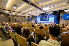 Ludzie uczęszczają biznesową konferencję Zdjęcia Royalty Free