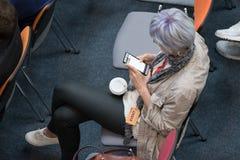Ludzie uczęszczają Cyfrowej Marketingową konferencję w dużej sala Zdjęcia Stock