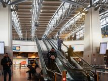 Ludzie unosi się górnego piętra Hamburski lotnisko zdjęcie stock