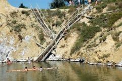 Ludzie unosi się na słonej wodzie w zaniechanej solankowej kopalni zdjęcie stock