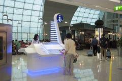 Ludzie use informaci stojaka w lotnisku Dubaj zdjęcie stock