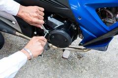 Ludzie use ręki naprawiają motocyklu Use pracować wyrwanie zdjęcia stock