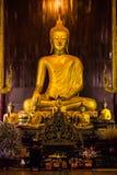 Ludzie Uwielbiają Buddha statuę w niecki Tao świątyni lokalizować Obrazy Stock
